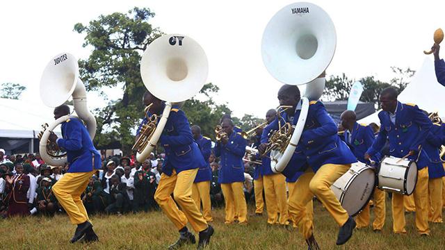 תזמורת מנגנת למוגאבה במסיבת יום הולדתו הראוותנית (צילום: EPA) (צילום: EPA)