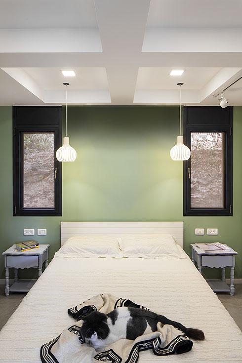 4 ריבועי גבס דקורטיביים מעל המיטה מסתירים קורות ומשמשים אלמנט עיצובי (צילום: טל ניסים)