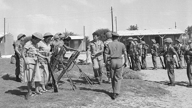 Deputy IDF Chief of Staff Rabin comes for a visit, 1959 (Photo: Assaf Kutin, Bamahane, courtesy of the IDF Archive)