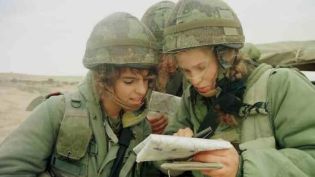 Fighters reading a map during training, January 2000 (Photo: IDF Spokesman, courtesy of the IDF Archive)