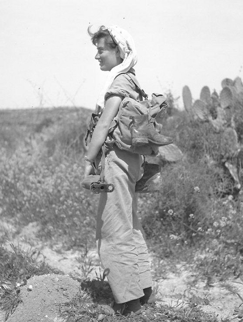Hike to receive supplies parachuted from a plane, 1954 (Photo: Assaf Kutin, Bamahane, courtesy of the IDF Archive)