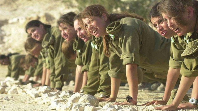 Fighters during pushups during training, 2000 Photo: IDF Spokesman, courtesy of the IDF Archive)