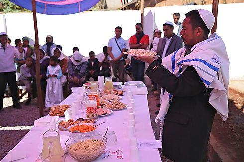 """הכי שכוחת אל ומנותקת: קהילת """"בית התפילה ישראל"""" שבמדגסקר. קידוש על צלחת מקרוני (צילום: דיוויד ג'ונו, Jono David) (צילום: דיוויד ג'ונו, Jono David)"""
