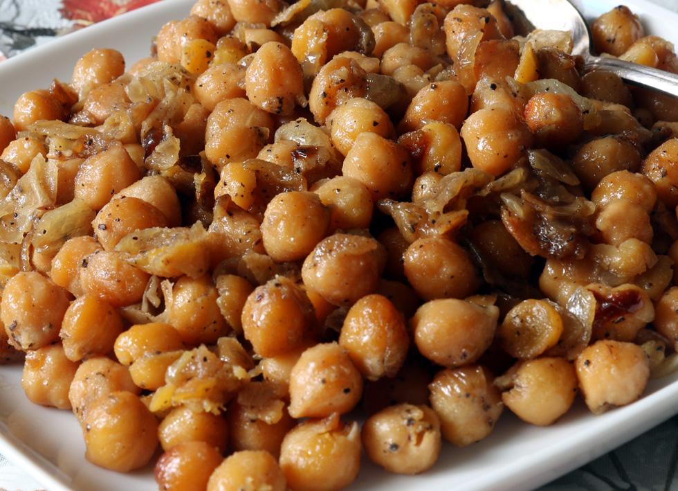 תבשיל חומוס מהיר עם בצל (צילום: דורית מנו-טל אור)