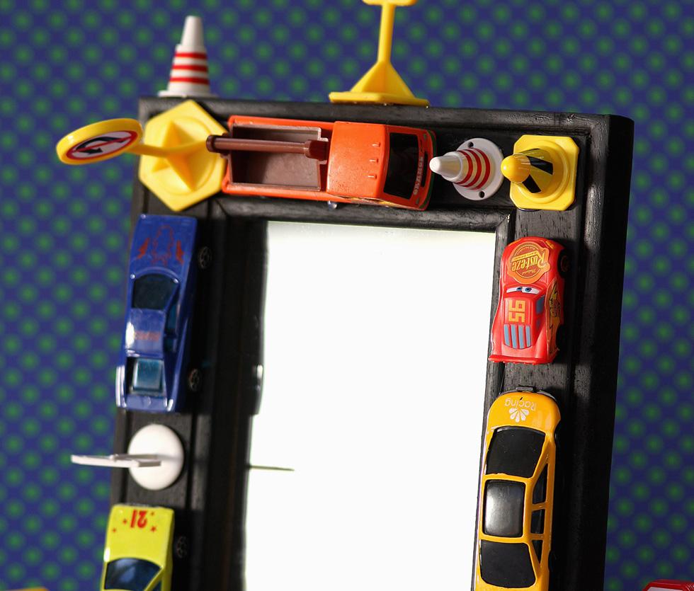 מדביקים מסגרת בדבק מראה חם או מכוניות ותמרורי צעצוע על מסגרת או מראה (צילום: אירית זילברמן)