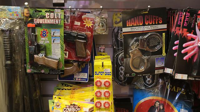 Dummy guns in stores (Photo: Yaron Brenner)
