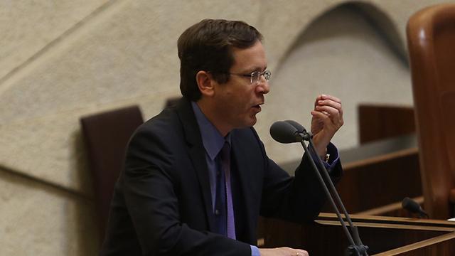 Herzog speaking at the Knesset (Photo: Gil Yohanan)
