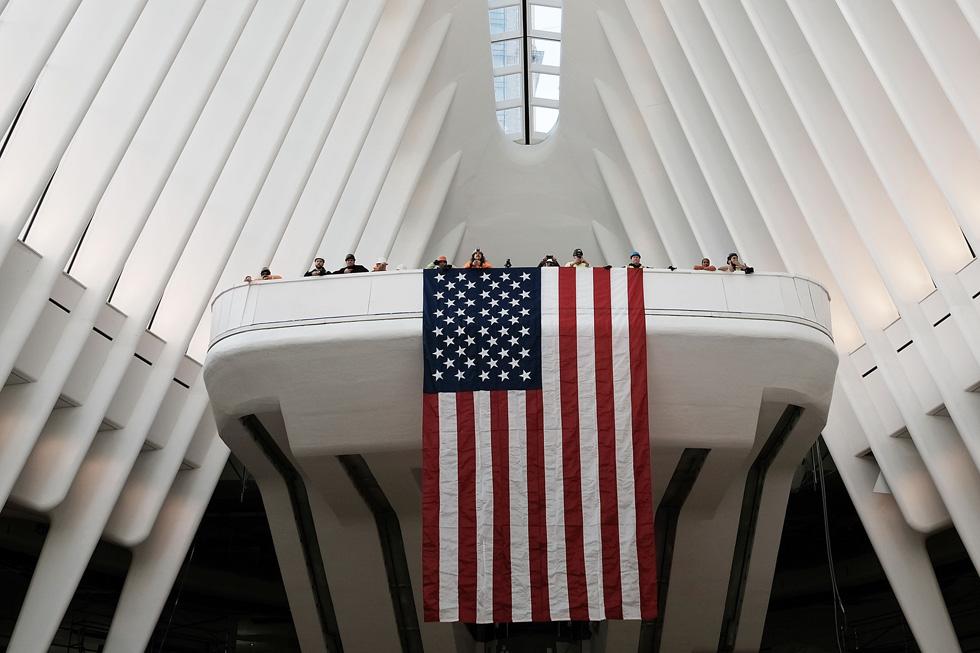 דגל ארה''ב בטקס הפתיחה בשבוע שעבר. בקיץ אמור החלל המרכזי להפוך לקניון של חנויות זעירות (צילום: gettyimages)