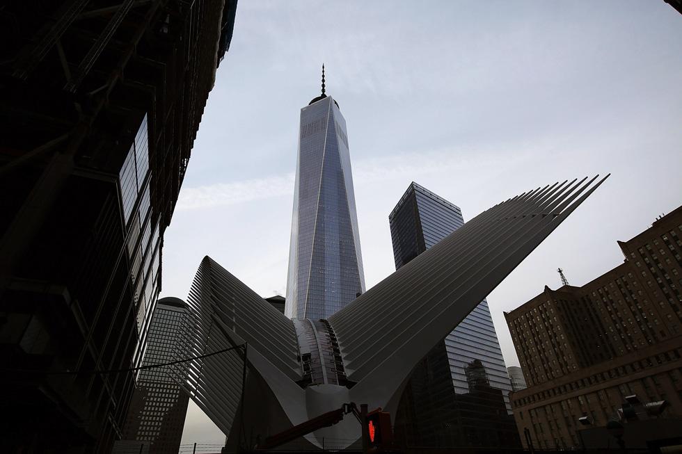 התחנה על רקע מגדלי הזכוכית של מרכז הסחר העולמי. מול המונוטוניות שלהם, סביר להניח שהיא תהפוך לאייקון אדריכלי לאורך שנים (צילום: gettyimages)