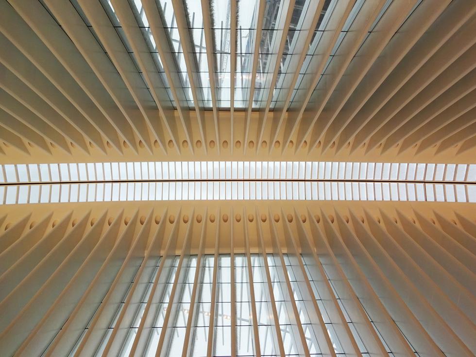 שתי הצלעות הענקיות מתחברות לסקיילייט (חלון תקרה) עצום, שייפתח פעם בשנה ביום הזיכרון לפיגועי התאומים ויחשוף את המבקרים לאור השמש או טיפות הגשם (צילום: ברק פליסקין)