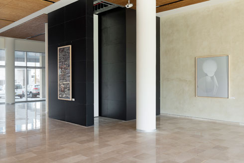 המבואה. אבן טורקית לריצוף, דלתות מהולנד וחומרים איכותיים (צילום: גדעון לוין)