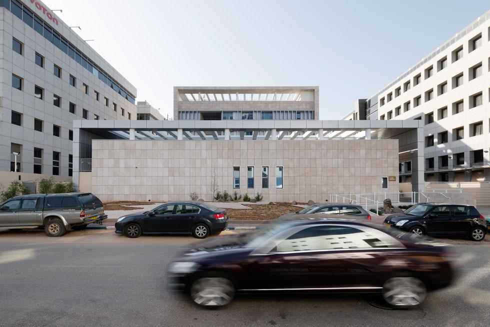 המיקום, בין רחוב סואן למרחב הפתוח של קו ראשון לים, מאפשר לשגרירות להסביר פנים בקונסוליה ולהסתגר בבניין השני (צילום: גדעון לוין)