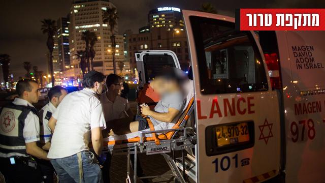 פינוי הנפגעים (צילום: AP) (צילום: AP)