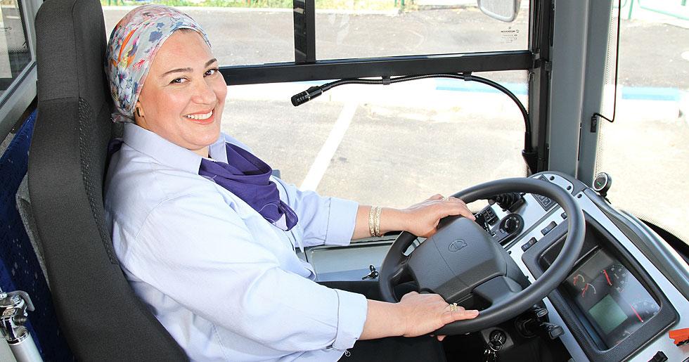 """""""לשבת מאחורי הגה של אוטובוס זה טונות של אדרנלין בשבילי ואני אישה שאוהבת אקסטרים"""" (צילום: מירב רביץ מושל)"""