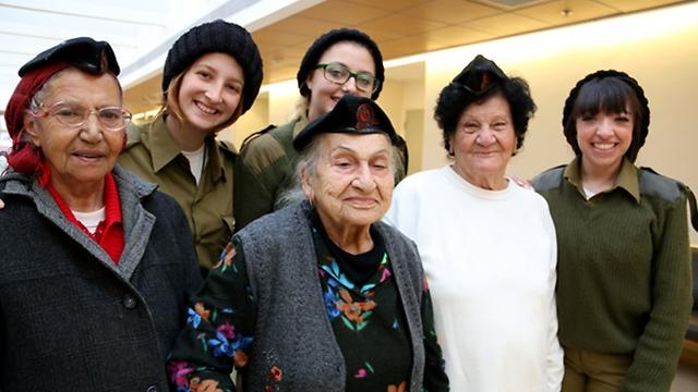 """החיילים עם כובעי הצמר החמים שסרגו עבורן הקשישות, הקשישות עם הכומתות הצה""""ליות (צילום: קובי אלבז)"""