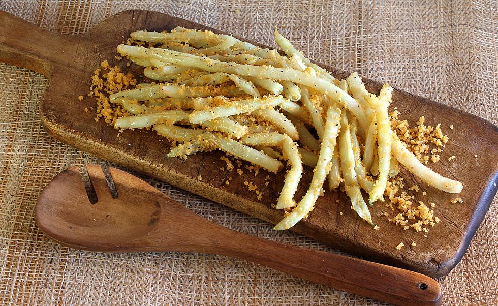 שעועית צהובה מוקפצת עם פירורי לחם (צילום: אסנת לסטר)
