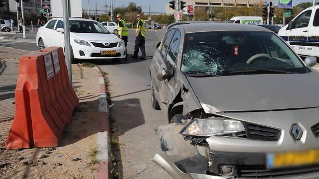 המכונית שפגעה בשני הנערים (צילום: הרצל יוסף) (צילום: הרצל יוסף)