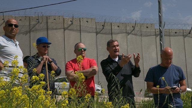 מימין לשמאל: דוד צור, חיים רמון, אריה עמית, אליק רון ושאול אריאלי (צילום: אוהד צויגנברג)