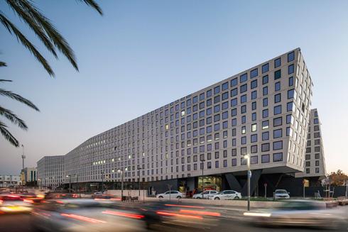 ''היה לנו חשוב ליצור באמצעות החזיתות אשליה של תנועה'', אומר האדריכל גידי בר אוריין (צילום: עמית גרון)
