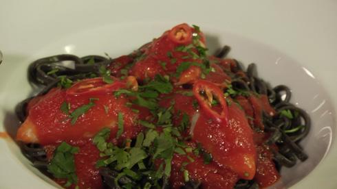 קלמארי ממולא בשרימפס על פסטה שחורה ברוטב אדום  (באדיבות ענני תקשורת )