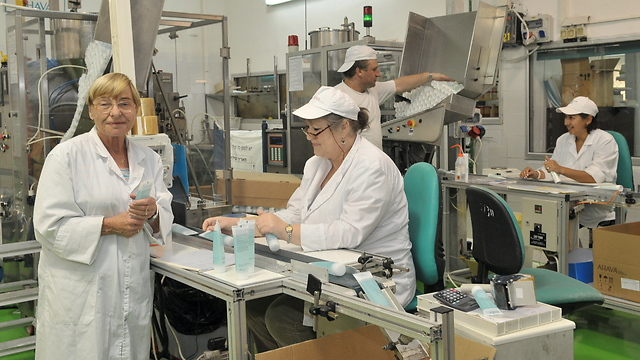 Quality control at the Ahava factory in Kibbutz Ein Gedi (Photo: Guy Asiag)