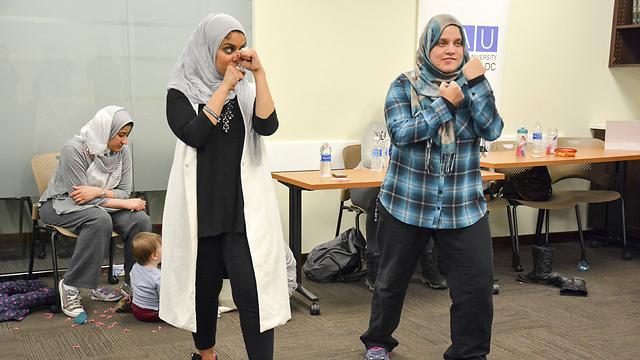 """המדירכה רנא עבד אל-חמיד משמאל, עם תלמידה. """"יכולה להיות מותקפת בכל רגע נתון"""" (צילום: רויטרס) (צילום: רויטרס)"""