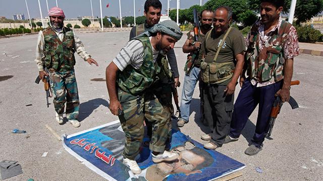 2012 בתל-אביאד. ההתנגדות לבשאר אסד מתעצמת (צילום: AP) (צילום: AP)