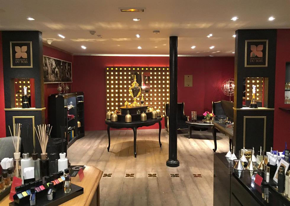 הקירות האדומים ומדפי העץ הבהירים מייצרים תחושה של בורדל יוקרתי, כיאה למקום שקהל היעד המקורי שלו, כשהוקם בשנת 1923, היה הפילגשים של גברי החברה הגבוהה. בוטיק הבשמים Jovoy בפריז