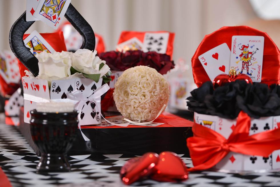 שולחן פורים בהשראת עליסה בארץ הפלאות. המוטיבים המרכזיים שנבחרו הם קלפים וצבעי שחור-אדום -לבן (צילום: מיה לוי)