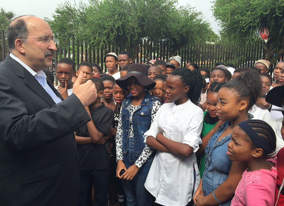 Dor Gold speaks with South African ninth graders at the Mandela House (Photo: Israeli Embassy in South Africa)
