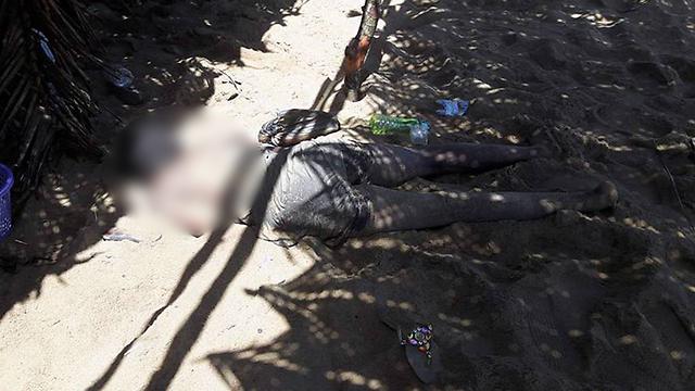 גופות ירויות מוטלות בחוף (צילום: AFP) (צילום: AFP)