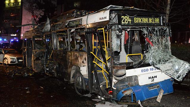 האוטובוס המפויח שבו התנגשה מכונית תופת (צילום: EPA) (צילום: EPA)
