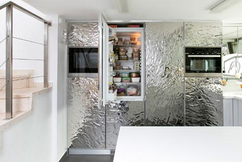 במקרר קטניות ואגוזים. ''אנחנו צמחונים, על גבול הטבעונים'' (צילום: שירן כרמל)