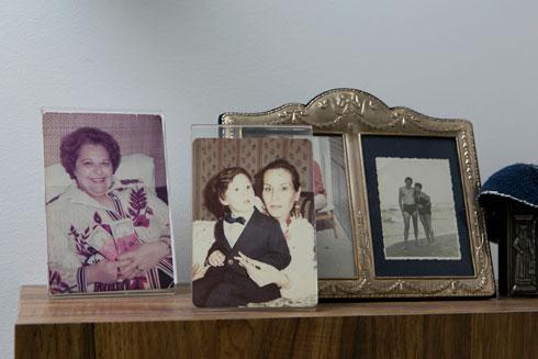 על המזנון בסלון: במרכז חנה גלר עם הבן דניאל, משמאל אמו עם השכר שקיבל לאחר ההופעה הראשונה שלו, בשנות ה-60 (צילום: שירן כרמל)