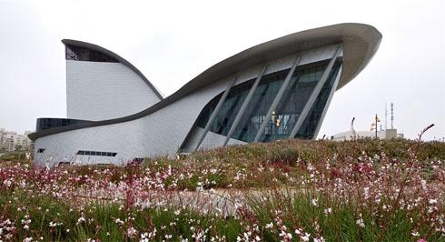 זה עב''ם או לווייתן? לחצו על התמונה להכיר את הבניין הייחודי באשדוד (צילום: איתי סיקולסקי)