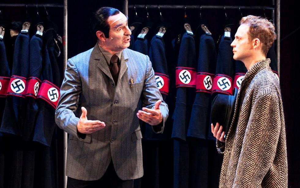 עם אלי גורנשטיין בתפקיד מנהל התיאטרון חבר המפלגה הנאצית (צילום: ז'רר אלון) (צילום: ז'רר אלון)