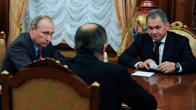 פוטין (משמאל). ההודעה על הסגת הכוחות (צילום: AP) (צילום: AP)