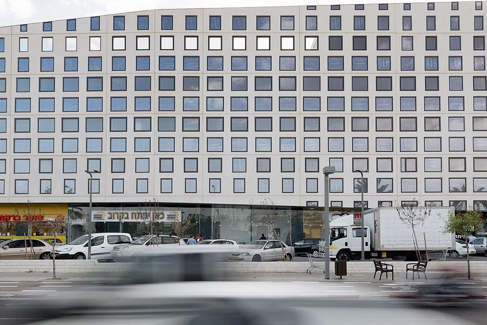 הוא משתרע על פני שלושה מגרשים בשטח כולל של 7.5 דונם ומכל קומה מסחרית, 3 קומות משרדים וחניון שלא יכול לענות על מספר העובדים בו (צילום: גדעון לוין)