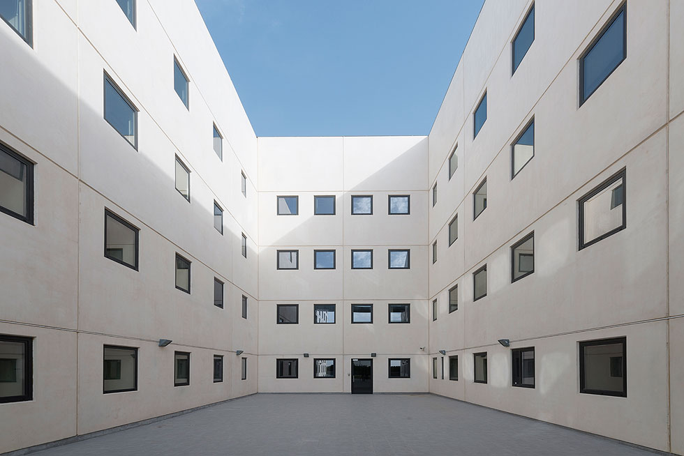 ''היה אמור להיות פה ג'ונגל שאליו משקיפים כל החדרים שפונים לחצרות'', אומר האדריכל סיימון גרשוביץ'', ''אבל בעלי הבניין לא היו מוכנים לעשות את הגינון, והדיור הממשלתי חסך'' (צילום: גדעון לוין)