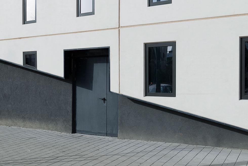 גידי בר אוריין אינו מאמין במגדלי זכוכית, בשונה מרוב האדריכלים המקומיים, והוא מעדיף להשקיע בפרטי החלונות כדי להשיג שליטה מוחלטת באור, כדבריו (צילום: גדעון לוין)