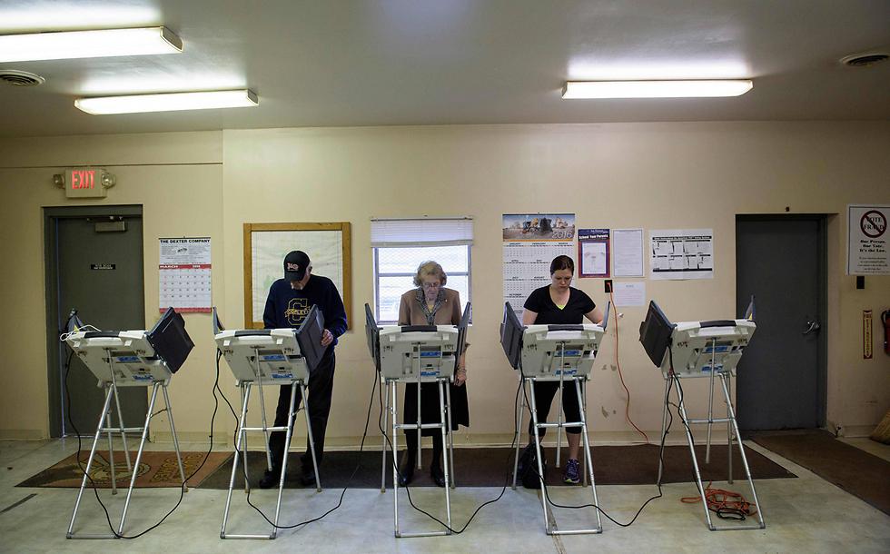 """מצביעים ב""""סופר-דופר טיוזדיי"""" (צילום: AFP) (צילום: AFP)"""