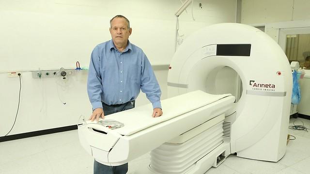 """ישנה את מפת הצנתורים. ד""""ר אהוד דפני מנכ""""ל החברה המפתחת עם המכשיר בבית חולים כרמל (צילום: אלעד גרשגורן)"""