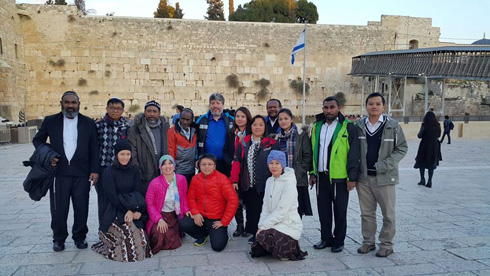 """יהודי אינדונזיה בכותל. """"אלוהי ישראל נענה לתפילתנו ושלח לנו את הרבי טוביה"""" (צילום: טוביה זינגר )"""