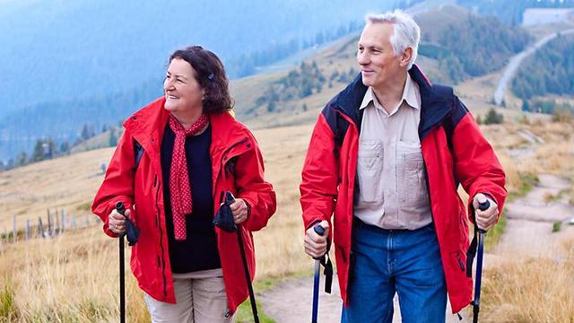ההליכה בטבע מעצימה את יתרונות האימון הגופני בגיל מבוגר (צילום:shutterstock) (צילום:shutterstock)