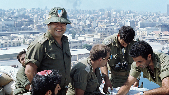 Israeli officers in Lebanon during the 1982 war (Photo: Yossi Ben Hanan)