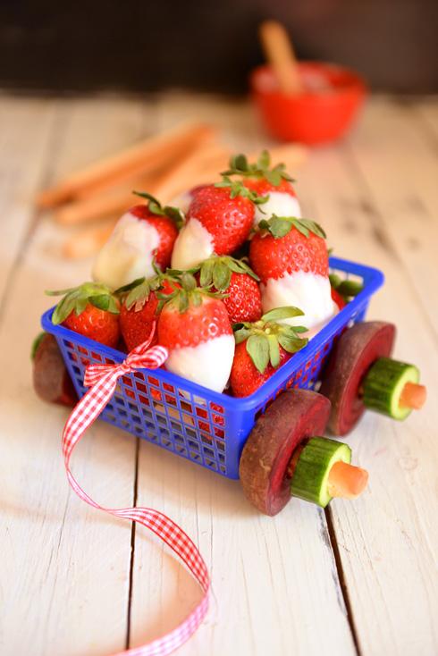 משלוח מנות לשומרי בריאות: עגלת תותים עם גלגלי סלק (צילום: אפרת מוסקוביץ)