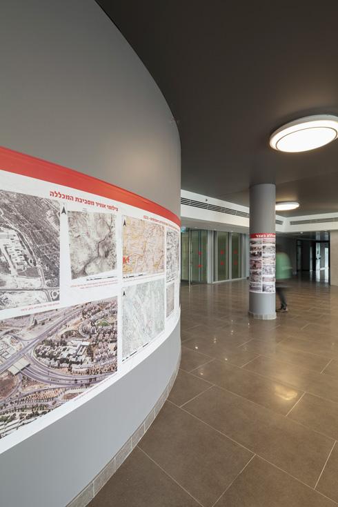 התצוגה ההיסטורית. האוצרת מדלגת על שכבות היסטוריות, וגם על הבניין המקורי (צילום: טל ניסים)