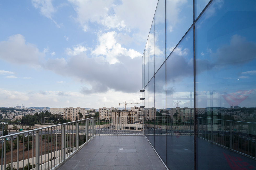 מרפסות מאפשרות לסטודנטים ולסגל לצאת לצפות בנוף, לשאוף אוויר צח או לעשן סיגריה, מבלי להצטרך לרדת ולצאת מהבניין (צילום: טל ניסים)