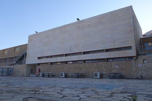 פרט בבניין המקורי. כסדרה של קופסאות מחופות באבן נסורה ובוהקת בשילוב אבן פראית (צילום: מיכאל יעקובסון)