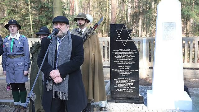 Chief Rabbi of Poland, Michael Schudrich, says prayers for the dead at a cemetery where eight Jews killed by the Germans in 1944 were buried, along with the Polish Ulma family that was sheltering them (Photo: AP)